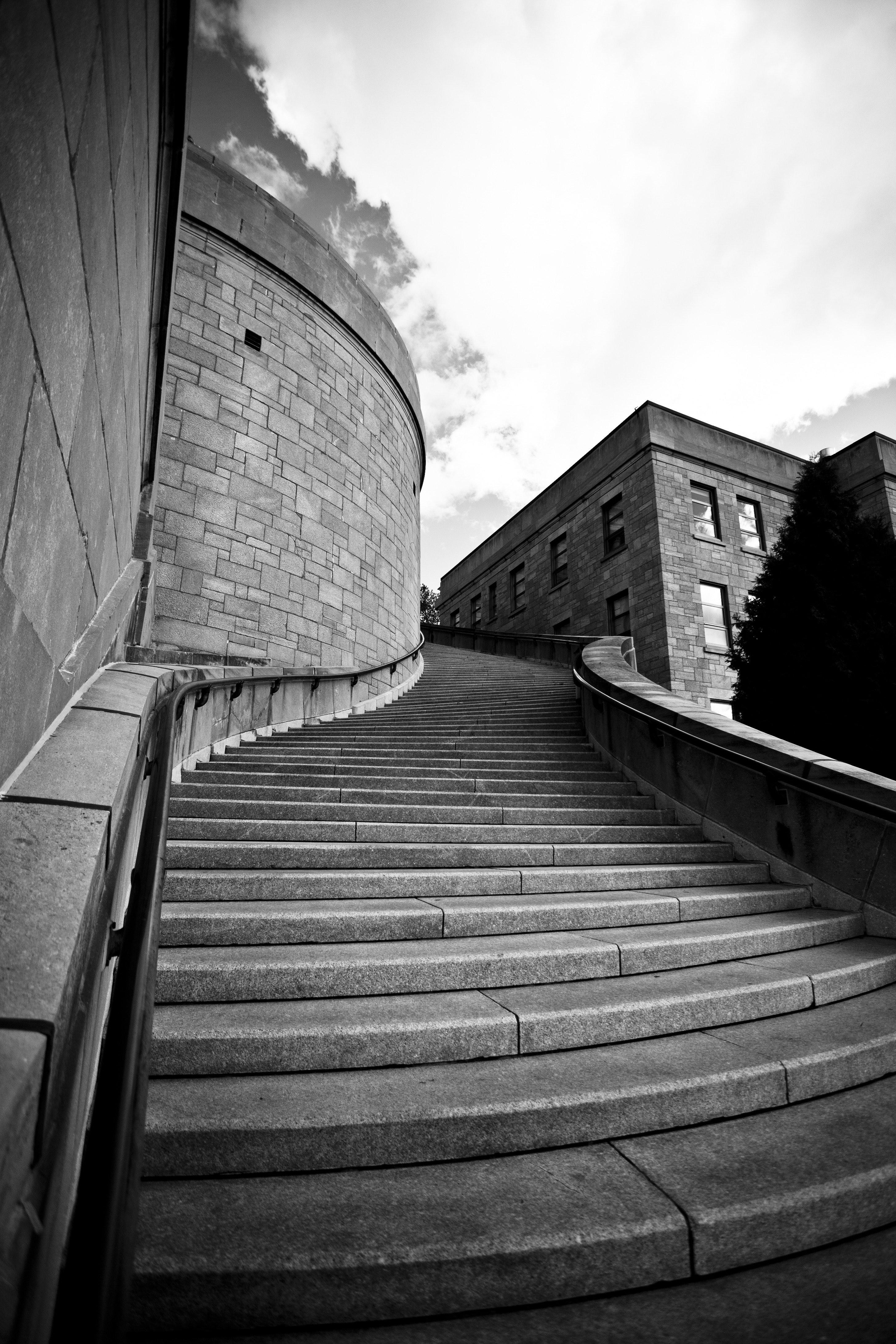כמה דרכים קיימות לעלות מדרגות